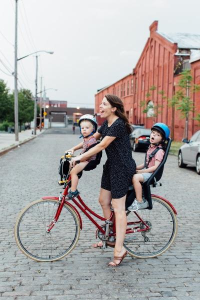 Mujer y dos niños en bici